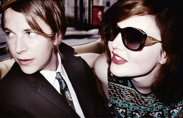 Tom Odell y Holliday Grainger. Burberry/Testino