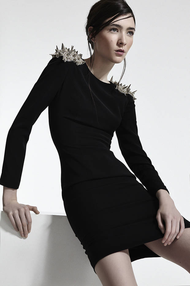 Vestido tubo negro con hombreras de tachuelas y strass THE NAME Stilettos negros PURA LOPEZ