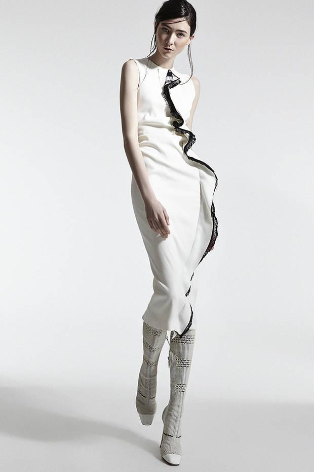 Vestido blanco con pliegue negro delantero SPORTMAX Botas blancas CHRISTIAN DIOR