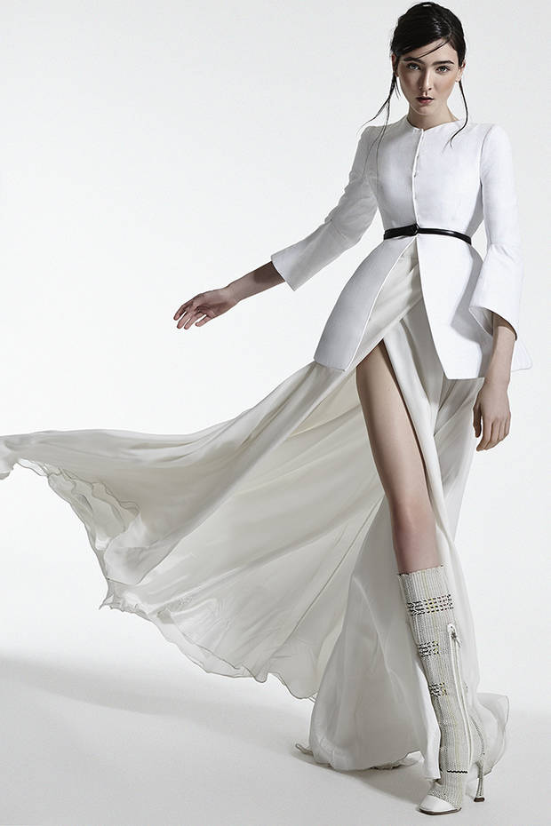 Chaqueta blanca, cinturón negro y botas blancas todo de CHRISTIAN DIOR Falda larga de seda con vuelo THE NAME