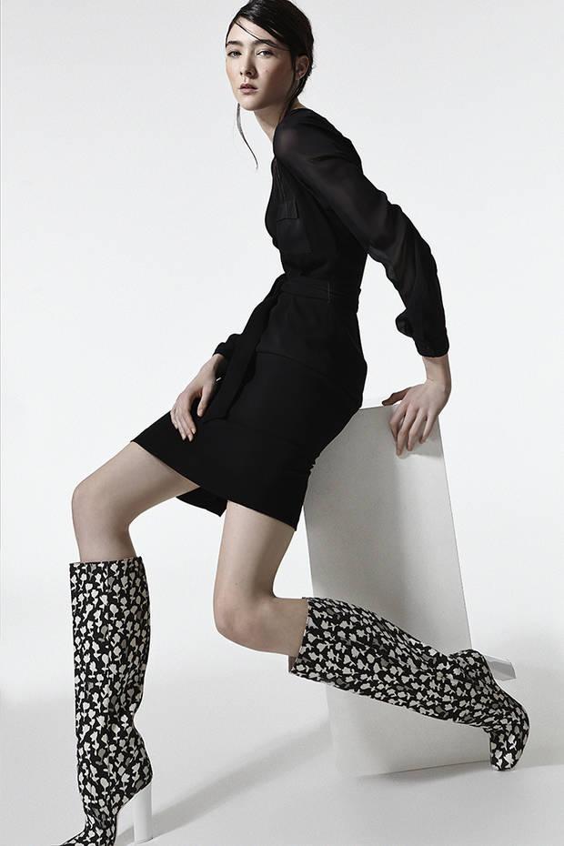 Vestido negro con transparencias y botas altas de MAX MARA