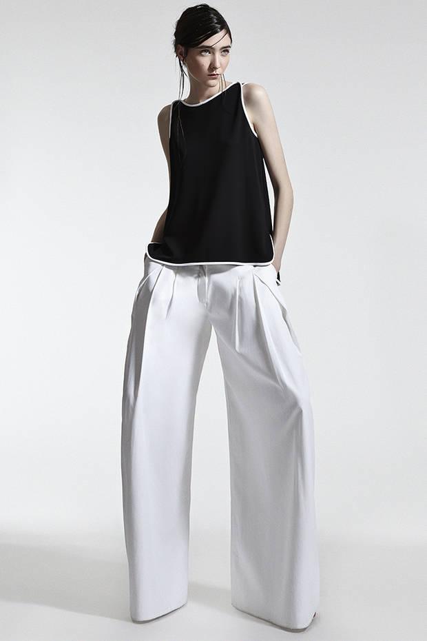 Top negro con ribete blanco MAX MARA Pantalón ancho blanco YONO TAOLA Sandalias negras de tiras STUART WEITZMAN