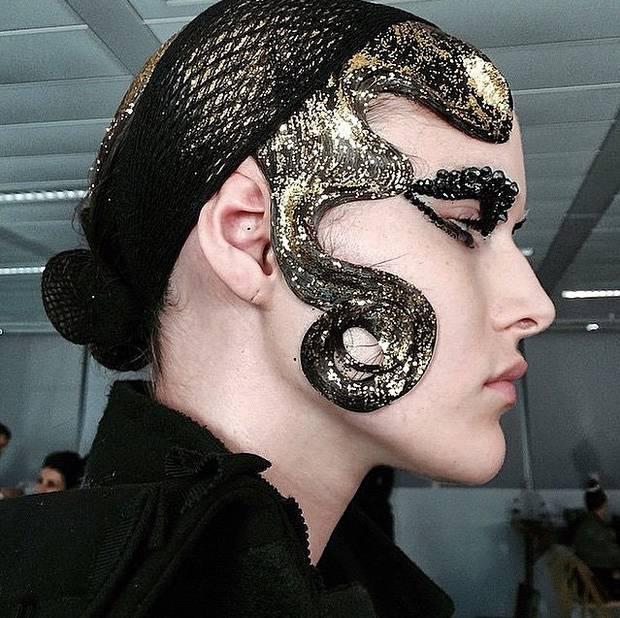 Uno de los looks de belleza de la colección P/V 2015 de Maison Margiela, creado por la maquilladora Pat McGrath. Imagen: Instagram @majormoonn
