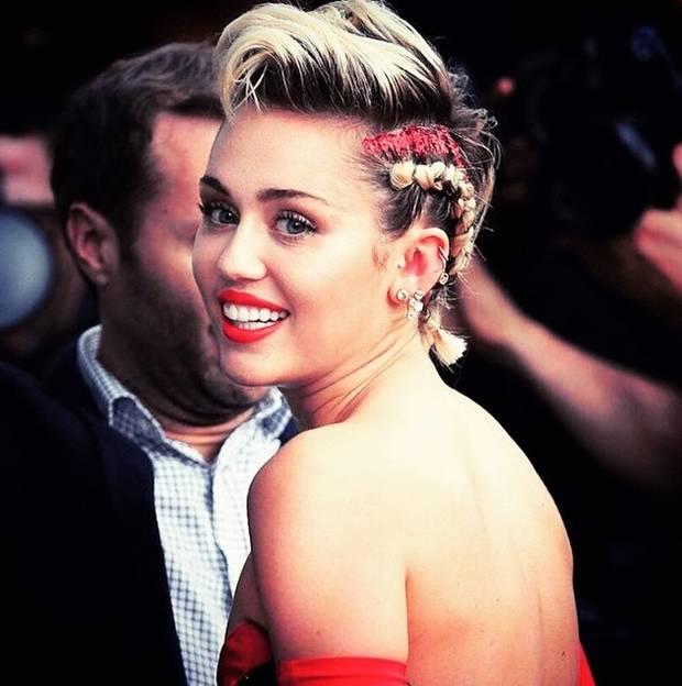 Miley Cyrus en la Gala amfAR de Nueva York con su cabello adornado por el tono
