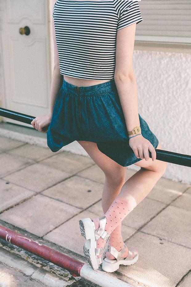 Uma lleva: Camiseta de rayas: Bershka. Falda vaquera: H&M. Calcetines: Oysho. Sandalias: Zara.