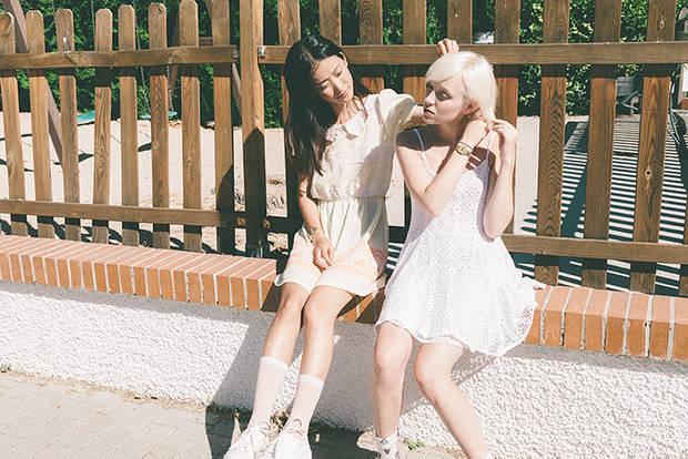 Tina lleva: Vestido cuello babydoll: KLING. Calcetines: Oysho. Uma lleva: Vestido blanco vintage: La mona checa.