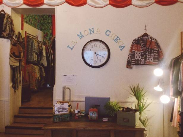 Interior de la tienda La Mona Checa.
