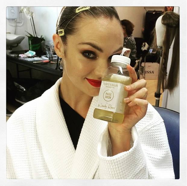 Maquillaje, peluquería, manicura y mucho zumo son los imprescindibles del backstage que nos muestra Candice Swanepoel