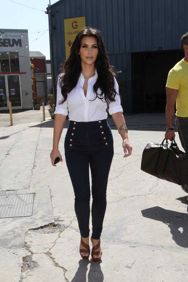 Kim Kardashian con cintura alta