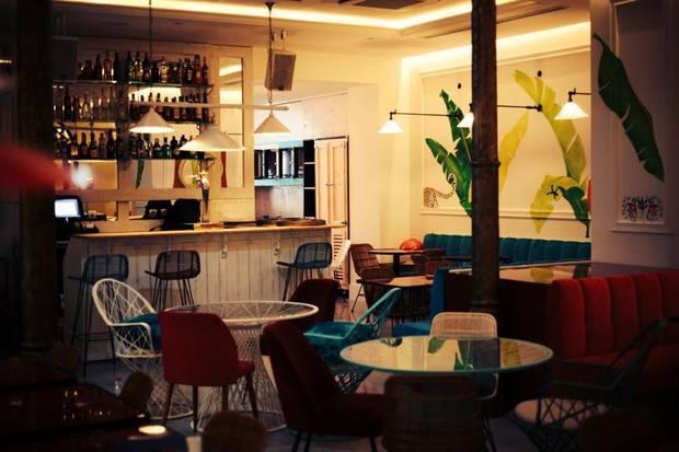 5-restaurantes-de-moda-para-cenar-en-pareja-por-menos-de-50e-bananas-barcelona-01