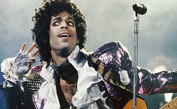 5 looks memorables recordar a prince camisas