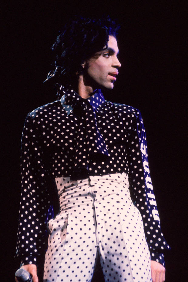 5 looks memorables recordar a prince topos