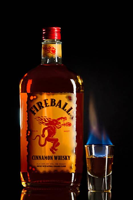 5-razones-por-las-que-el-whisky-sera-tu-copazo-del-verano-bebida-fireball-cinnamon-whisky
