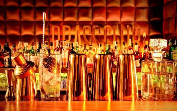 7-coctelerias-imprescindibles-refrescarnos-este-verano-brassclub