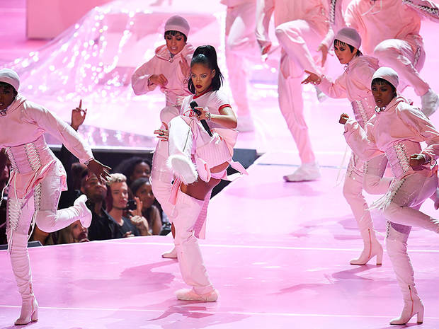 US singer Rihanna performs during the 2016 MTV Video Music Award at the Madison Square Garden in New York on August 28, 2016. / AFP PHOTO / Jewel SAMADJEWEL SAMAD/AFP/Getty Images