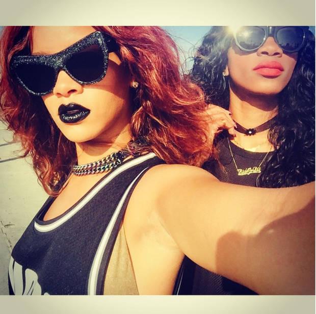 labios-ahora-se-visten-de-negro_rihanna-y-amiga-vanidad-5