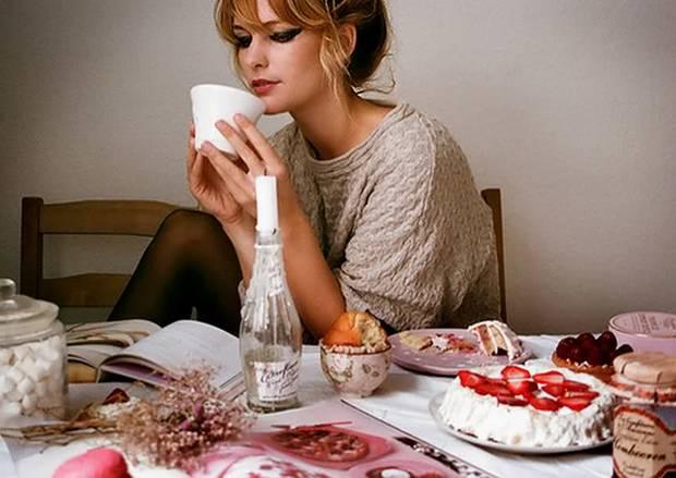 comer sola y feliz