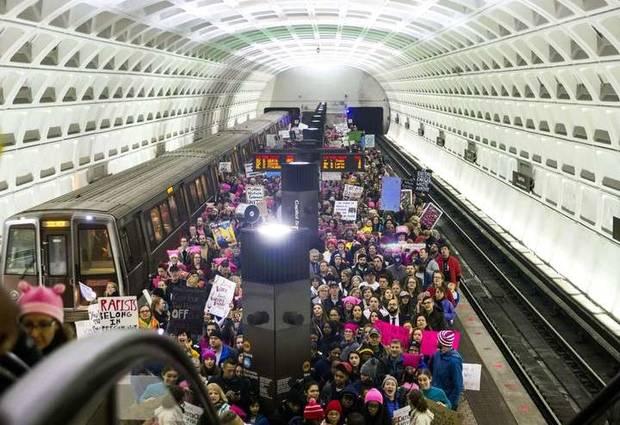 pussy hat protesta metro