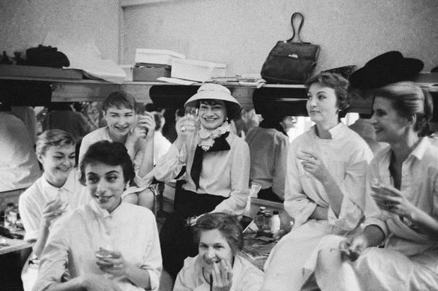 Coco Chanel y su atelier disfrutando de la champaña