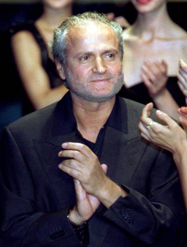 Gianni Versace al término de uno de sus desfiles, en el año 97