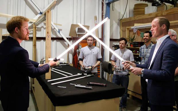 Enrique y Guillermo jugando con los sables láser en el set de rodaje de