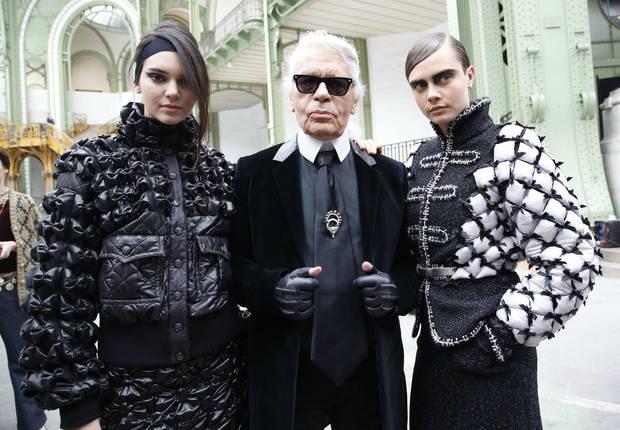 El modisto Karl Lagerfeld escoltado por las modelos Kendall Jenner y Cara Delevingne