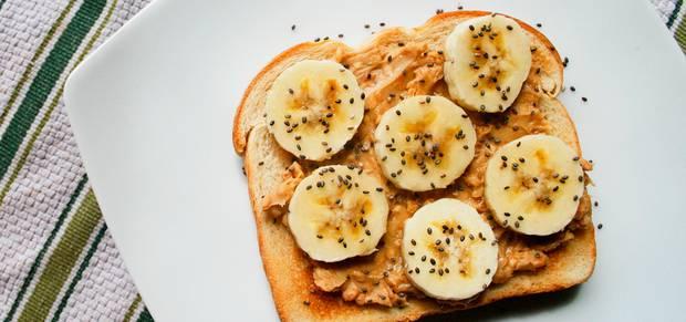 desayuno Tostada con crema de cacahuete y rodajas de plátano