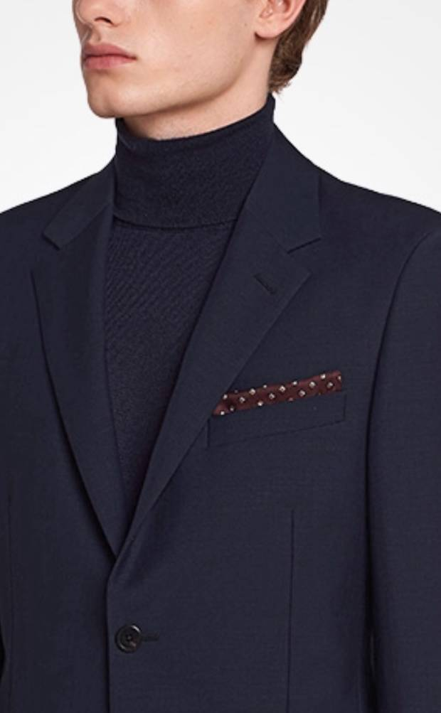 88f3f20be41 Este pañuelo de bolsillo de sarga estampada de la casa italiana, es la  máxima expresión de la elegancia más sofisticada. 100% seda, realza  cualquier look ...
