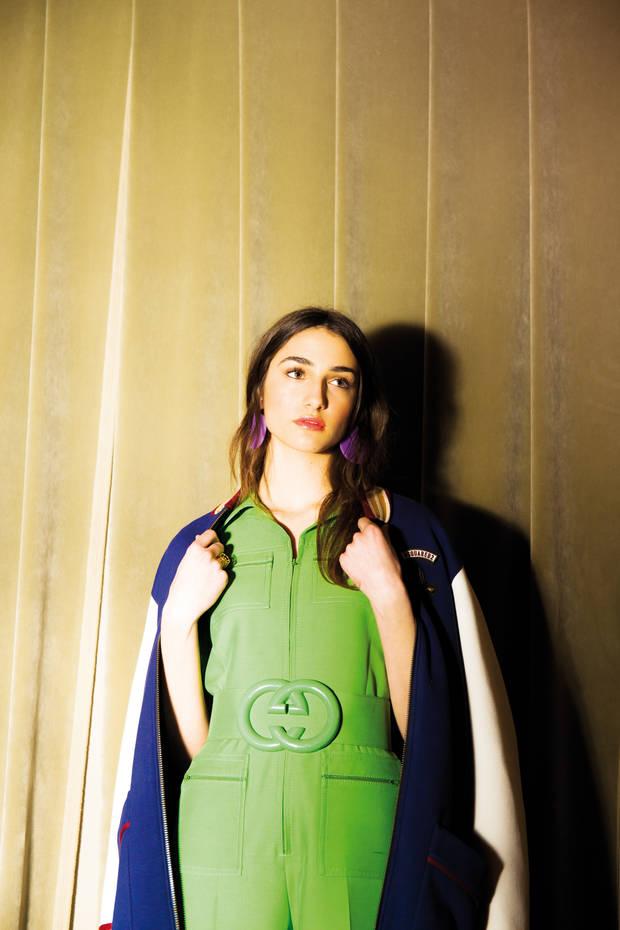 Mono y cinturón de Gucci, chaqueta de Dsquared2 y pendientes de Papiroga