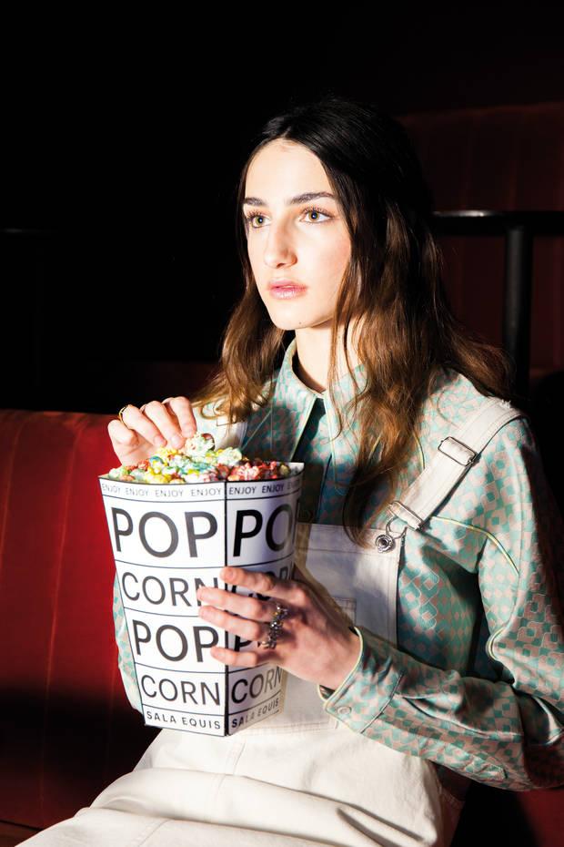 Camisa de Ana Locking, peto de Pull&Bear, pendientes y anillo dorado de Glenda López y anillo J