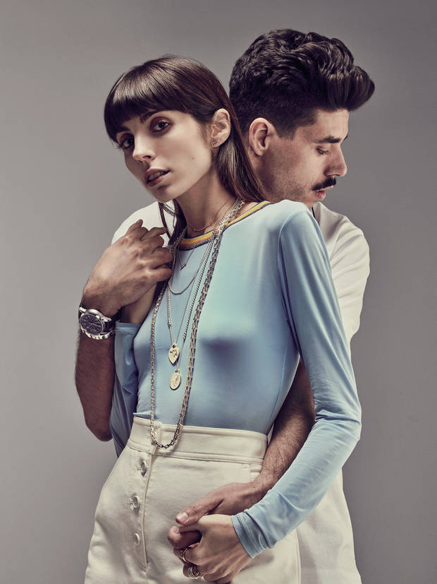 Anna lleva collar T Chain, colgante Love de Paloma