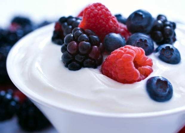 desayuno Yogurt natural con frutos rojos
