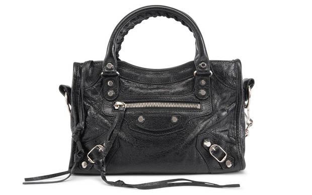 El City Bag de Balenciaga es uno de los bolsos más populares de la década pasada. Nació en el año 2000, al momento de entrar Nicolas Ghesquière en la firma como creativo. Fue, y sigue siendo, piedra angular del denominado look
