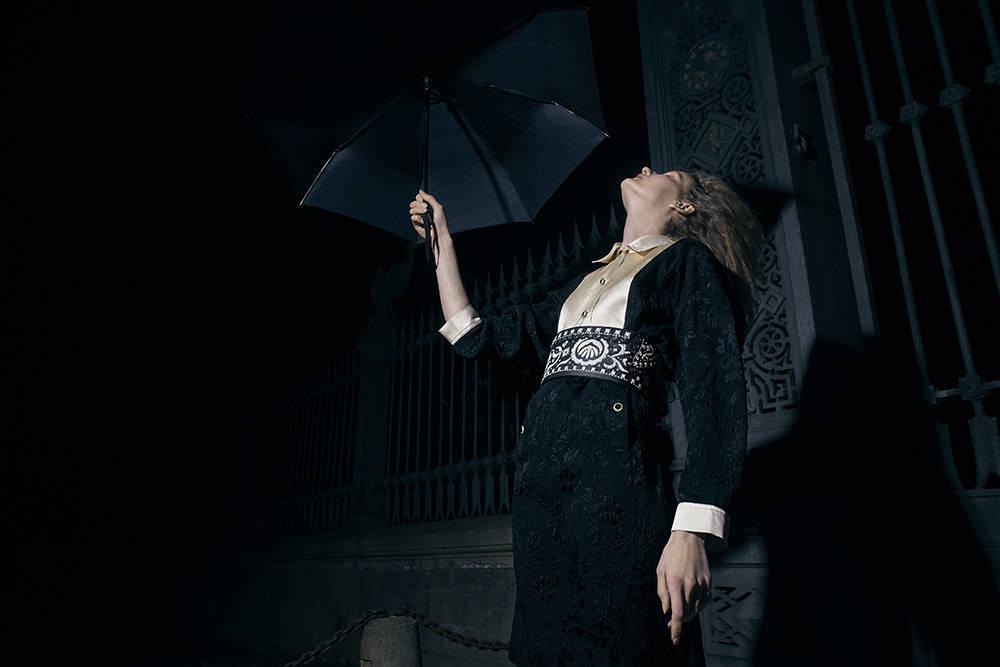 Vestido y paraguas de Gucci, cinturón y joyería de Dior.