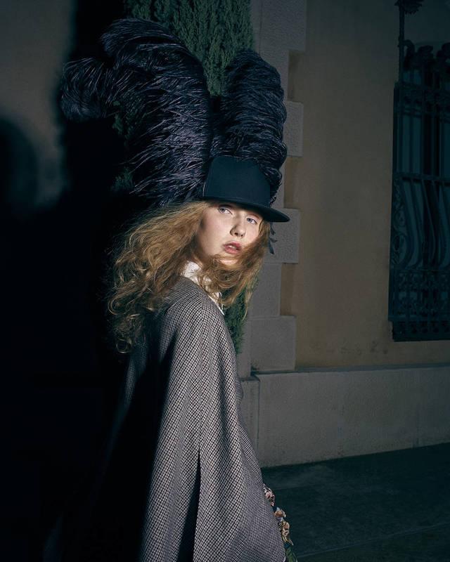 Abrigo de Fendi, sombrero de Manuel Bolaño, guantes de Andrés Zurru, zapatos de Gucci.