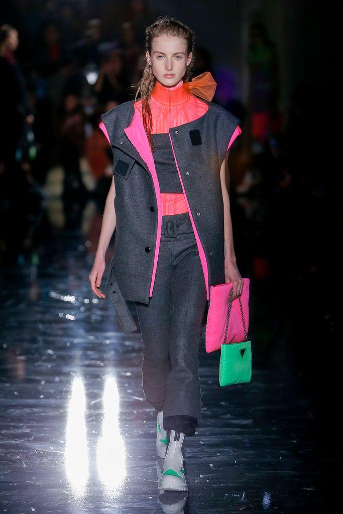 El futuro de los bolsos está en los colores neón - image bolsos-neón-Prada on https://www.vanidad.es