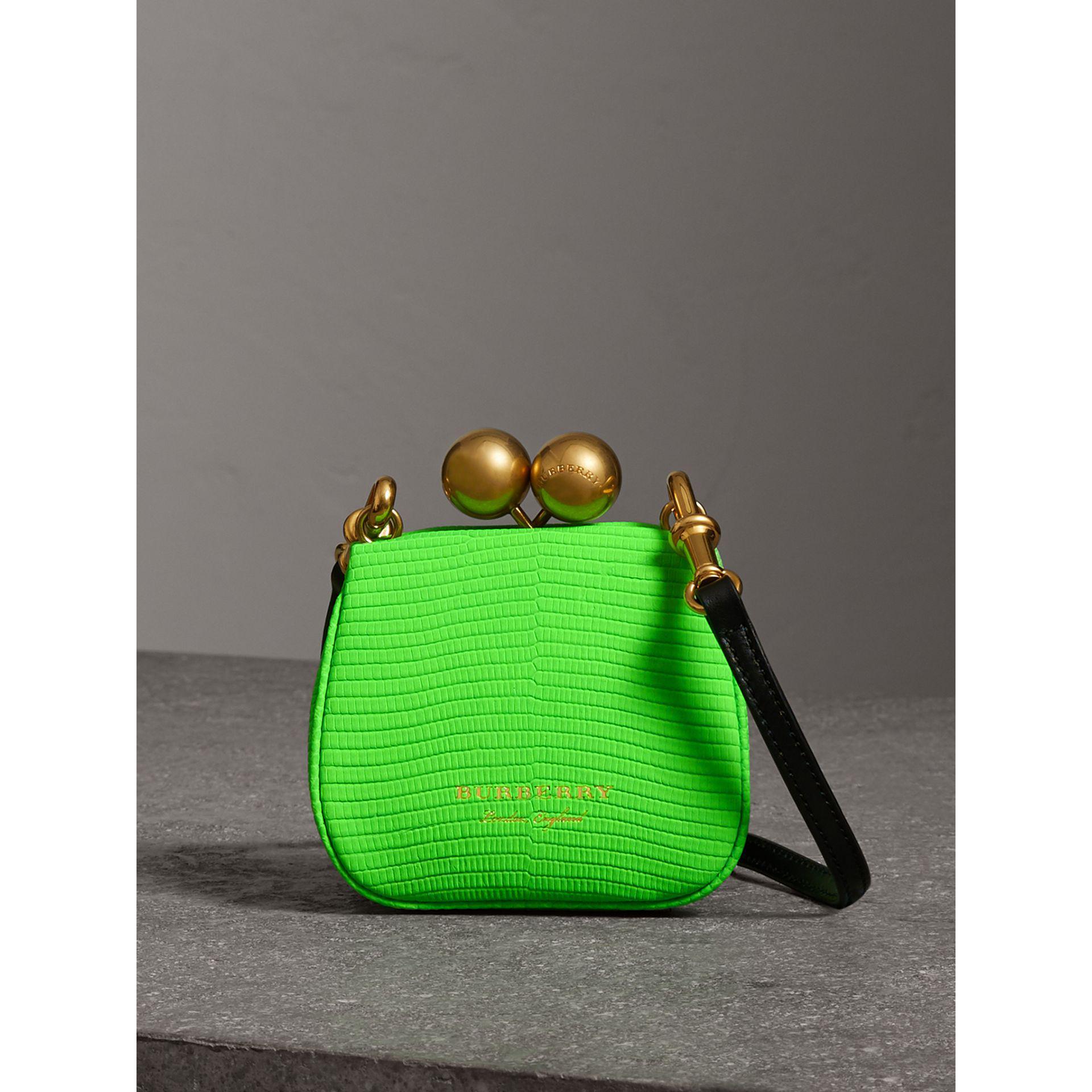 El futuro de los bolsos está en los colores neón - image bolsos-neon on https://www.vanidad.es