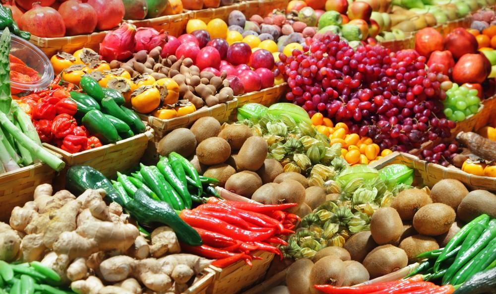 Los mercados gastronómicos de Madrid que no pueden faltar en tu ruta foodie - image mercados-frutas-verduras-portada on https://www.vanidad.es