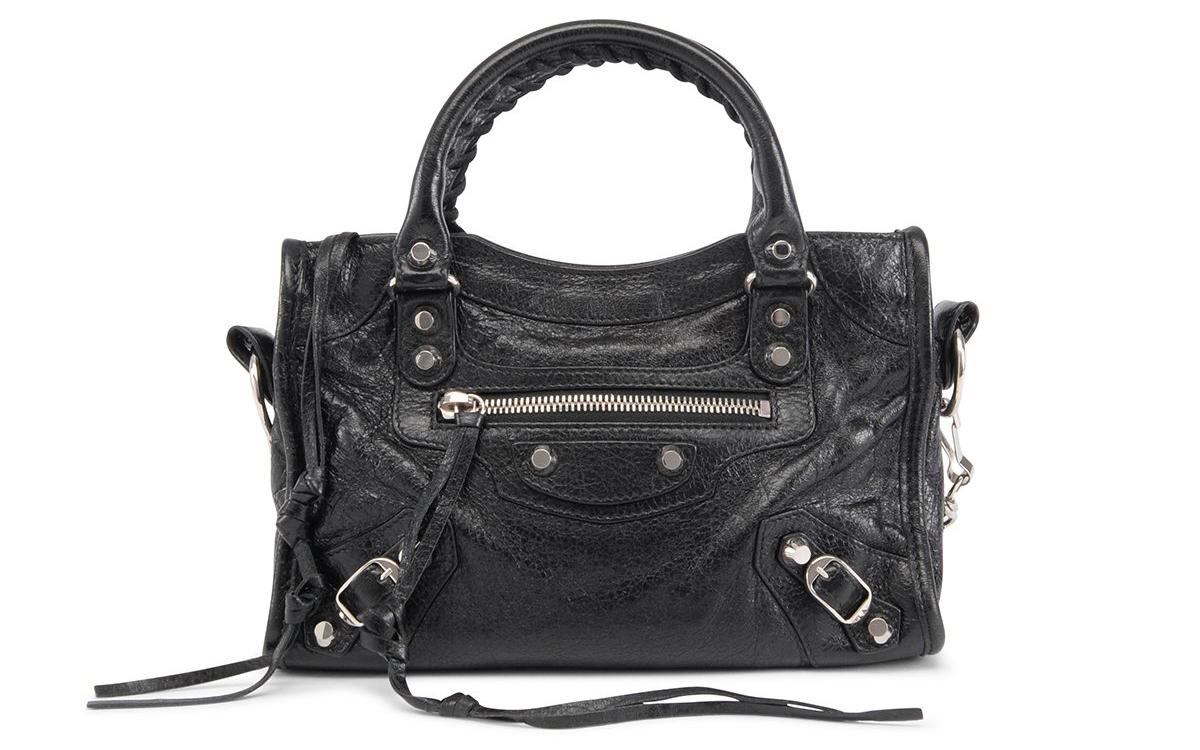 """El City Bag de Balenciaga es uno de los bolsos más populares de la década pasada. Nació en el año 2000, al momento de entrar Nicolas Ghesquière en la firma como creativo. Fue, y sigue siendo, piedra angular del denominado look """"model off duty"""""""