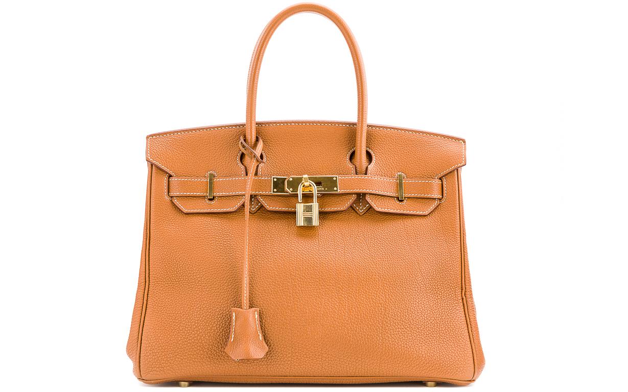 El bolso más caro que el mundo ha conocido jamás es un Birkin de Hermès. En 2017, la casa de subastas Christie's vendió en Hong Kong un modelo diamante de la familia Himalaya en piel de cocodrilo por 379.261 dólares