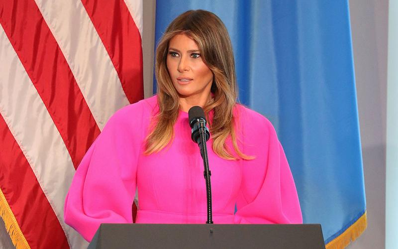 Melania con un vestido rosa de la firma española Delpozo
