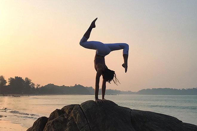 Ejercicios top para convertir la playa (o piscina) en tu mejor gym - image practicar-yoga-portada on https://www.vanidad.es