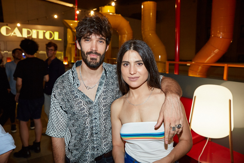 Oliver Ruano y su novia