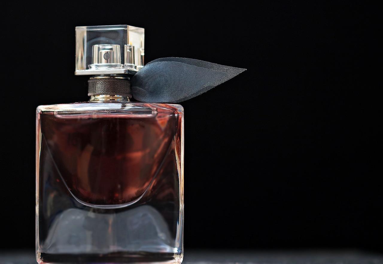 Si no sabes qué perfumes le van a gustar, internet te puede ayudar - image perfume-2142817_1280 on https://www.vanidad.es